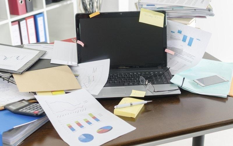 ofiste masanın dağınıklığı ile ilgili görsel sonucu